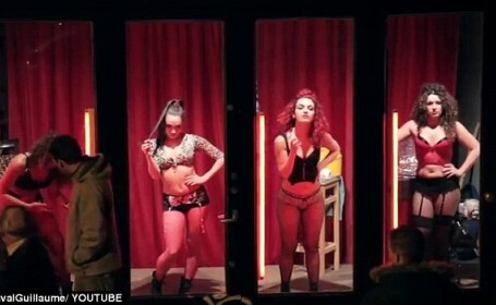 Fetele din vitrinele rosii nu-si urmeaza visul. Realitatea ascunsa a orasului construit pe fantezii