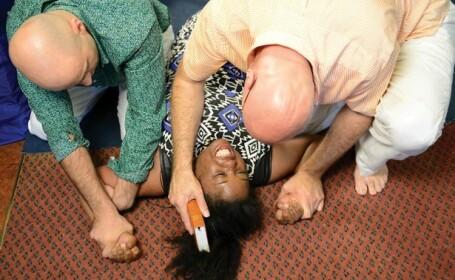 Practica barbara prin care pastorul scoate demonul din ea. Exorcizarea unei mame de 22 de ani