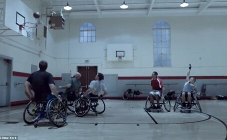 Cum joaca baschet 5 barbati in scaun cu rotile. Momentul care a emotionat pe toata lumea