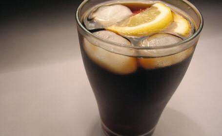Nu va mai bea in viata ei cola direct din sticla. Moment dezgustator trait de o adolescenta