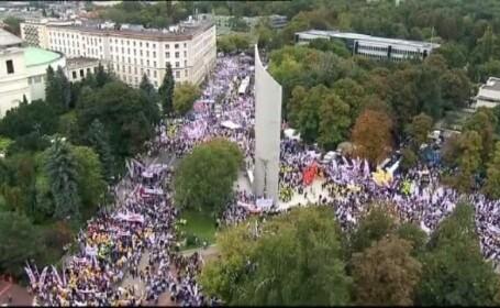 Peste 100.000 de oameni au manifestat in Polonia impotriva guvernului: \