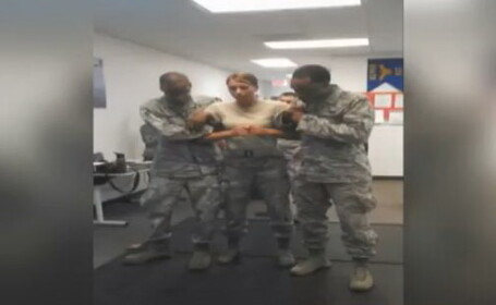 Moment amuzant in armata americana. Cum reactioneaza aceasta femeie cand este electrocutata. VIDEO