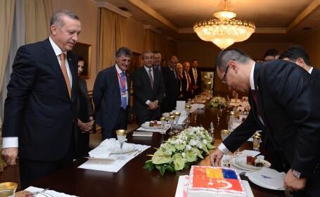 Premierul turc i-a daruit lui Ponta un tort si a chemat o formatie care i-a cantat \
