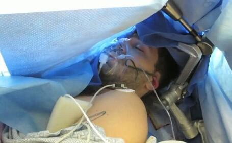 Facea glume in timp ce era operat pe creier. Curajul incredibil al unui blogger din SUA. VIDEO