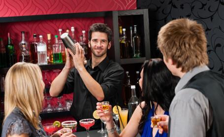 O tanara a fost data afara dintr-un bar pentru ca este \