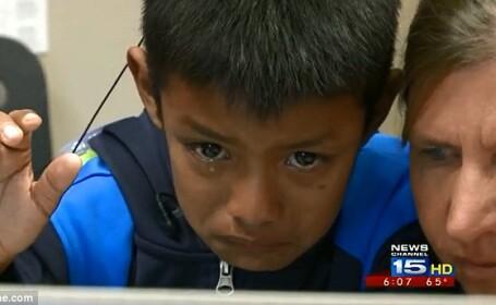 Reactia acestui copil de 7 ani in momentul in care aude pentru prima data vocea parintilor sai