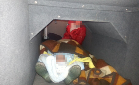 femeie si bebelus ascunsi in cala autocarului