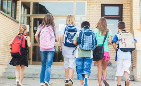 Cum arata copilul din Marea Britanie, abuzat la scoala pentru ca avea urechi prea mari. Chirurgul care i-a schimbat viata