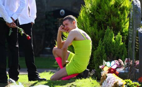 Povestea impresionanta din spatele barbatului imbracat intr-o rochie galbena la o inmormantare