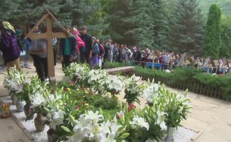 Sute de credinciosi s-au inchinat duminica la mormantul parintelui Arsenie Boca. A fost ziua hramului la Manastirea Prislop