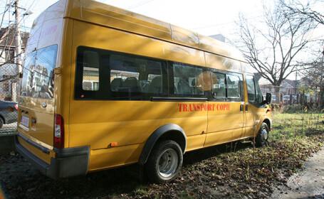 Elevă ademenită de șoferul microbuzului școlar în casa unui prieten. Fata, găsită plină de sânge pe stradă