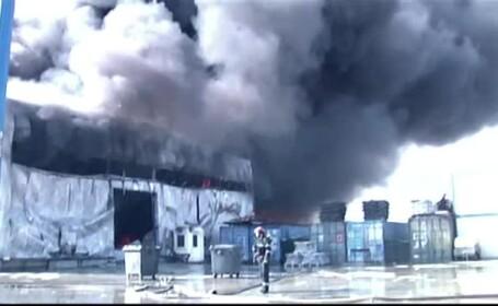 Pompierii au alergat disperati dupa apa in timp ce un incendiu a distrus doua hale in Bucuresti