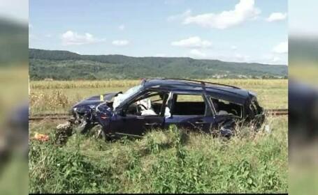 Opt persoane au fost la un pas de moarte, dupa ce masina in care se aflau a fost lovita de un tren