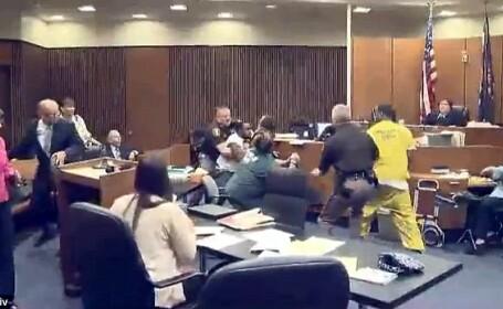 Un tata a sarit sa-l bata pe ucigasul fiicei sale de 3 ani, chiar in sala de judecata. Momentul a fost inregistrat