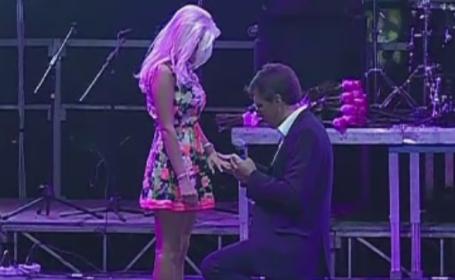 Primarul Chisinaului, Dorin Chirtoaca, si-a cerut in casatorie iubita. Cererea s-a lasat cu un sarut pasional pe scena