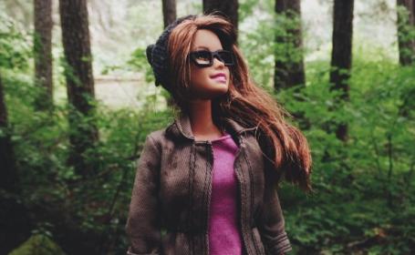 Papusa Barbie, varianta hipster. Contul de Instagram care a creat nebunie: in ce ipostaze apare celebra papusa