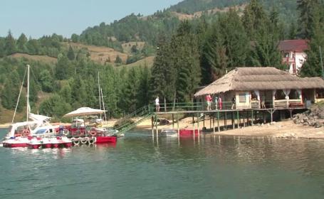 Lacul din inima muntilor unde poti avea o vacanta ca in Grecia. In urma cu 40 de ani nu exista, acum poate deveni statiune