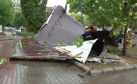 Vijeliile au facut prapad in Bistrita. Acoperisul unui bloc a fost smuls si aruncat la 20 de metri distanta