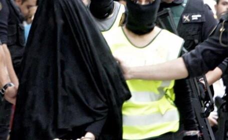 Tanara din Maroc, suspectata ca recruta femei sa lupte alaturi de ISIS, arestata si plimbata pe strazile din Spania