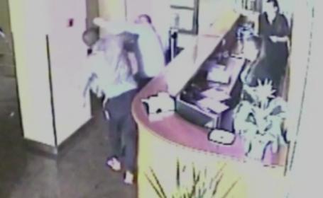 Directorul unui hotel din Satu Mare, batut crunt dupa ce a intervenit in urma unui furt. Camerele i-au filmat pe hoti
