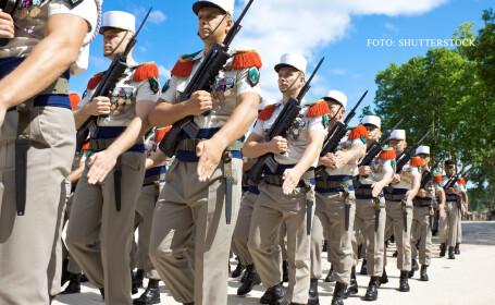 militari din Legiunea Straina marsaluind in Paris