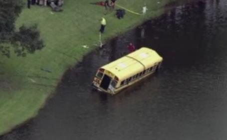 Accident dramatic in Florida. Un autobuz plin cu copii s-a rasturnat intr-un iaz, dupa ce soferul a pierdut controlul. VIDEO