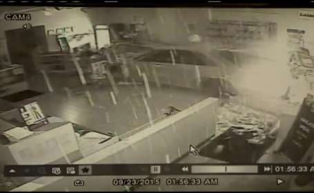 Au intrat cu masina intr-un magazin de arme, iar ceea ce a urmat pare scena de film. Camerele au surprins totul