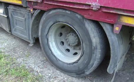 Sfarsit tragic pentru un barbat de 40 din judetul Dambovita. Omul a fost strivit de camionul pe care incerca sa-l repare