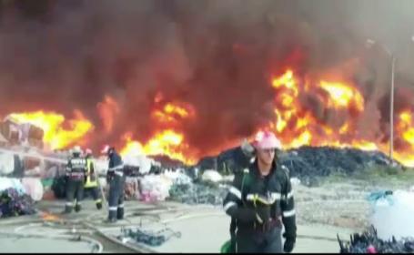 Incendiu de proportii la un depozit de deseuri de mase plastice, in Prahova. \