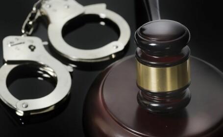 Cinci detinuti s-au batut in sala de judecata, in Bacau, dupa ce un judecator a dispus scoaterea catuselor de la maini