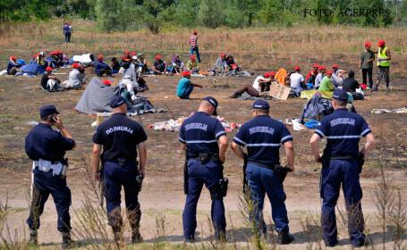 politisti sarbi supraveghin o tabara de migranti