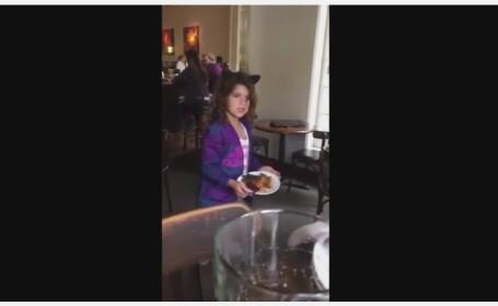 In timp ce se afla la restaurant, o fetita l-a emotionat pe tatal sau . Ce-a facut cu farfuria ei cu mancare VIDEO