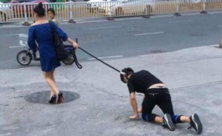 Imagini socante, surprinse in China. Ce s-a intamplat dupa ce o femeie a iesit pe strada cu un barbat pe care-l tinea in lesa
