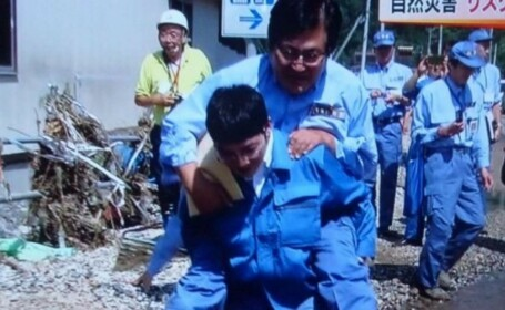 Scandal in Japonia, dupa ce un ministru a fost carat in spate ca sa nu se ude. \