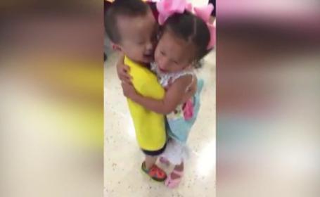 Revedere emotionanta pentru doi copii orfani, despartiti dupa ce au fost dati spre adoptie. Au stat imbratisati 20 de minute