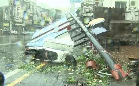Peisajul dezolant lasat in urma de Taifunul Meranti, in Taiwan. Vantul a atins viteza record, mai rapid ca o masina Formula 1