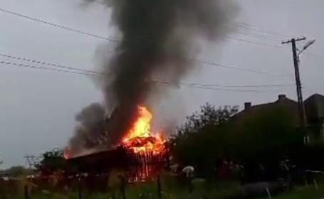 Incendiu puternic provocat de un fulger, in Maramures. Interventia pompierilor a salvat mai multe case