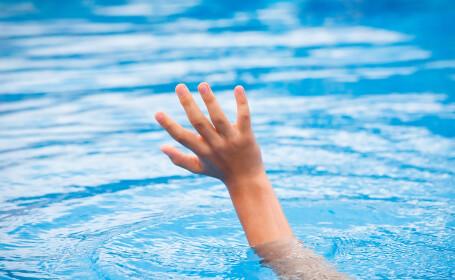 Tatal care si-a inecat fiica vitrega de 3 ani, in piscina, a primit 100 de ani de inchisoare. Filmarea care il incrimineaza