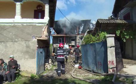 Neglijenta unui barbat a dus la un incendiu puternic, care a distrus trei case. \