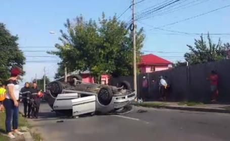 Accident cu scandal la Galaţi. Un șofer neatent a răsturnat un autoturism