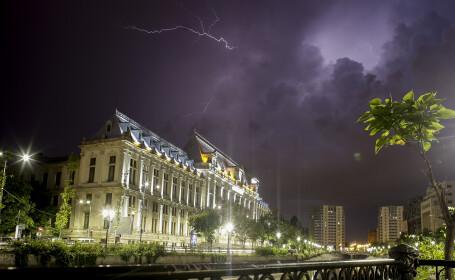 Furtuna s-a dezlantuit in Capitala si in Ilfov. Asfaltul a fost acoperit de apă, iar unele curţi păreau piscine