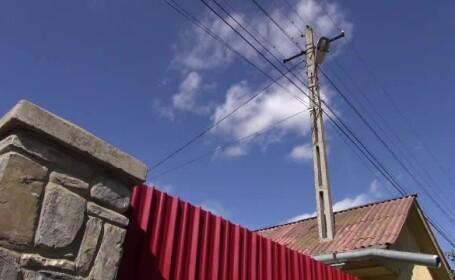 O familie din Neamţ trăieşte cu stâlpul de curent în casă. \