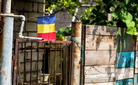 poarta cu steagul Romaniei