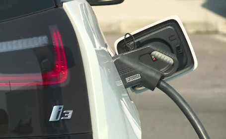 Cât costă cea mai ieftină mașină electrică. Statul român oferă tichet de 10.000 de euro