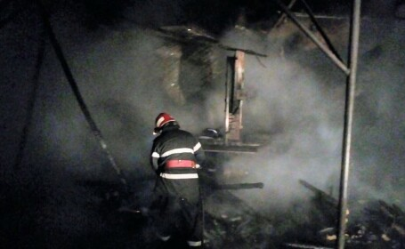 O hală de prelucrare a lemnului, distrusă de flăcări, în Argeș