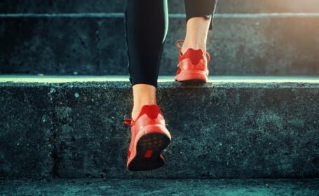 femeie care urca pe scari