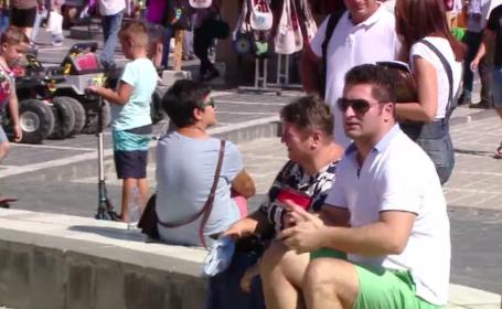 """Vremea caldă a atras la munte mai mulți turiști decât în sezon. """"Vând azi 300 kg de înghețată"""""""