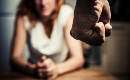 O femeie din Brașov, împuşcată cu un pistol cu bile şi sechestrată în casă de iubitul gelos