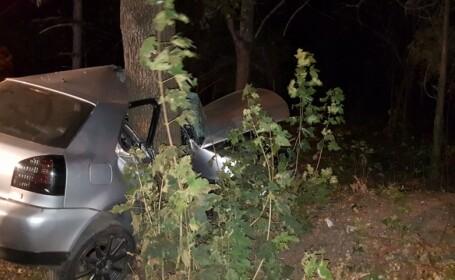 Un tânăr de 24 de ani a murit după ce a intrat cu maşina într-un copac