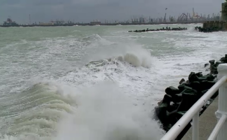 """Furtună pe Marea Neagră. Plaja de la Eforie Sud a fost """"înghițită"""" de valuri"""